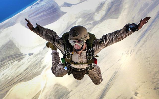 skydiving-678168_640